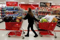 Una persona realizando compras en una tienda de la cadena Target en Torrington, EEUU, nov 25, 2011. Las ventas minoristas de Estados Unidos crecieron más que lo esperado en junio por mayores compras de vehículos y otros bienes, lo que refuerza la perspectiva de un repunte del crecimiento económico en el segundo trimestre.  REUTERS/Jessica Rinaldi/File Photo