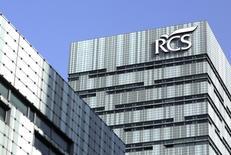 El magnate de los medios italianos Urbano Cairo se aseguró el 49 por ciento de el influyente grupo de medios italiano RCS Mediagroup después de que su oferta superara por sorpresa el viernes a la realizada por algunos inversores de RCS y la firma de capital privado Investindustrial. En la imagen, la sede del grupo RCS en Milán, el 7 de abril de 2016.  REUTERS/Stefano Rellandini