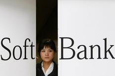 Una trabajadora de una tienda de electrónicos abre una puerta con el logo de Softbank Corp en Tokio. 29 octubre de 2008. SoftBank Group Corp llegó a un acuerdo para comprar ARM Holdings PLC por 23.400 millones de libras (31.000 millones de dólares), reportó el lunes el diario Financial Times, que citó a dos personas con conocimiento de las negociaciones. REUTERS/Kim Kyung-Hoon/File Photo