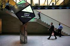 Вестибюль Лондонской фондовой биржи. Акции Европы выросли в понедельник благодаря подъему бумаг ARM после того, как SoftBank договорилась о приобретении производителя чипов за $32 миллиарда. REUTERS/Suzanne Plunkett/File photo
