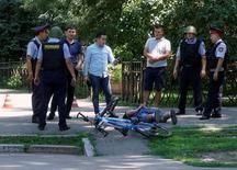 Полицейские задерживают человека после стрельбы в центре Алма-Аты 18 июля 2016 года. Жертвами стрельбы в центре крупнейшего города Казахстана Алма-Аты стали трое полицейских и один гражданский, сообщило министерство внутренних дел страны. REUTERS/Shamil Zhumatov