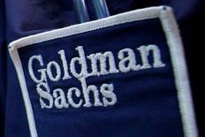Логотип Goldman Sachs на одежде трейдера Нью-Йоркской фондовой биржи. Стабильное расширение экономики КНР, недавние меры стимулирования и продолжающийся рост потребления ряда нефтепродуктов, вероятно, привели к увеличению спроса на нефть в стране, сообщил Goldman Sachs в понедельник.  REUTERS/Brendan McDermid/File Photo