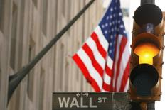 Wall Street était hésitante dans les premiers échanges lundi, à l'aube d'une semaine marquée par une saison des résultats qui bat son plein et devrait éprouver la résistance des places boursières américaines, l'indice Standard & Poor's 500 ayant effacé la semaine dernière un record vieux de plus d'un an. L'indice Dow Jones perdait 0,04%, le Standard & Poor's 500 progressait de 0,01% et le Nasdaq Composite prenait 0,11%. /Photo d'archives/ REUTERS/Lucas Jackson