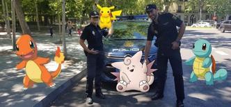 Policiais espanhóis posando com figuras do Pokémon em fotografia divulgada pelo Ministério do Interior.    18/07/2016         Spanish Interior Ministry/Handout via REUTERS