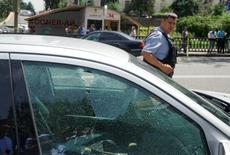 Пулевое отверстие в окне автомобиля, припаркованного в центре Алма-Аты 18 июля 2016 года. Боевики в понедельник расстреляли полицейских и гражданских в крупнейшем городе Казахстана во второй с начала лета атаке, которые власти считают делом рук исламистов. REUTERS/Shamil Zhumatov