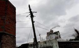 Unas líneas de alta tensión en Villa Palito, Argentina, jul 29, 2015. El consumo de electricidad en Argentina subió un 4,9 por ciento interanual en junio ante temperaturas inferiores al promedio para ese mes, dijo el lunes la Fundación para el Desarrollo Eléctrico (Fundelec).  REUTERS/Marcos Brindicci