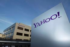 Foto de archivo del logo de Yahoo en un edificio cerca de Ginebra. Dic 12, 2012. La compañía tecnológica Yahoo Inc reportó un alza de un 5,2 por ciento en sus ingresos trimestrales, en una señal de fortaleza de su negocio principal en Internet. REUTERS/Denis Balibouse/File photo