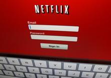 Netflix Inc dijo que incorporó menos suscriptores a su servicio de video que los esperados entre abril y junio porque clientes cancelaron el servicio antes de que aumentara su precio, y las acciones de la compañía se derrumbaron un 16 por ciento. En la imagen, un logo de Netflix en un iPad en Encinitas, California, el 19 de abril de 2013. REUTERS/Mike Blake