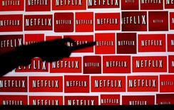 Логотипы Netflix. Энсинитас, Калифорния, 14 октября 2014 года. Netflix Inc сообщила, что число ее новых подписчиков в апреле-июне недотянуло до прогнозов, поскольку некоторые пользователи отказались от использования сервиса в преддверии повышения цен. REUTERS/Mike Blake/File Photo