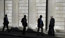 Personas caminan cerca del Banco de Inglaterra, en Londres, Reino Unido. 5 de julio de 2016. El mercado de la vivienda de Reino Unido parece estar desacelerándose debido a la decisión del país de salir de la Unión Europea el mes pasado, dijo el nuevo vicegobernador del Banco de Inglaterra, Sam Woods, a legisladores durante una audiencia de designación el martes. REUTERS/Dylan Martinez