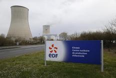 EDF a annoncé mardi qu'il revoyait à la baisse son objectif de production nucléaire pour 2016 en raison de la prolongation au second semestre de l'arrêt de certains réacteurs pour procéder à des vérifications. /Photo prise le 17 mars 2016/REUTERS/Stéphane Mahé