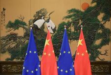 Banderas de la Unión Europea y de China, durante una cumbre en Pekín, China. 12 de julio de 2016. La Unión Europea presentó un tercer reclamo legal contra China ante la Organización Mundial del Comercio (OMC) por restricciones a las exportaciones de 11 metales y minerales claves, uniéndose a Estados Unidos en la demanda a Pekín por favorecer injustamente a su industria local. REUTERS/Jason Lee