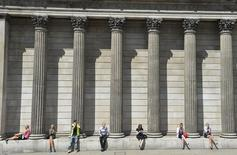 Workers relax during the lunch hour outside the Bank of England in the City of London August 6, 2013. REUTERS/Toby Melville