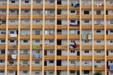 La ejecuciones hipotecarias en España se redujeron un 3,4 por ciento interanual en 2015 hasta las 36.929 viviendas entregadas, según mostraron cifras publicadas el miércoles por el Banco de España. En la imagen, una mujer tiene la ropa en un edificio de Málaga, España, el 1 de julio de 2016. REUTERS/Jon Nazca
