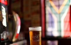 A glass of SABMiller's flagship brew, Castle Lager is seen at a bar in Cape Town, South Africa, November 10, 2015.  REUTERS/Mike Hutchings/File Photo