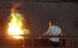 Un trabajador revisando un proceso al interior de la refinería Ventanas de Codelco en Ventanas, Chile, jul 30, 2014. El mercado global de cobre refinado presentó un déficit de 110.000 toneladas en abril, en comparación con la brecha de 59.000 toneladas en marzo, dijo el miércoles en un informe el Grupo Internacional de Estudios del Cobre (ICSG, por su sigla en inglés).  REUTERS/Eliseo Fernandez