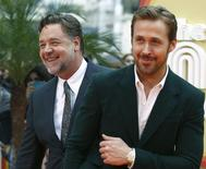 """Atores Russell Crowe (E) e Ryan Gosling (D) chegam para pré-estreia do filme """"Dois Caras Legais"""" em Londres 19/05/2016 REUTES/Peter Nicholls"""