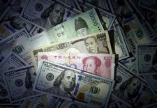 Банкноты разных стран. Доллар поднялся до максимума шести недель к надёжной иене в четверг, так как стремление инвесторов к риску остается сильным, оказывая поддержку акциям и толкая вверх доходность облигаций, что выгодно для американской валюты. REUTERS/Kim Hong-Ji//Illustration/File Photo