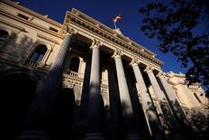 La bolsa española se recuperó en la tarde del jueves para cerrar marginalmente al alza gracias, según operadores, al rebote de los bancos después de que el jefe del BCE reconociese que la solución a los problemas de morosidad de parte del sector en Europa podrían pasar por la asistencia pública.  En la imagen, una bandera de españa ondea en el edificio de la Bolsa de Madrid, el 1 de junio de 2016. REUTERS/Juan Medina