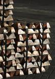 Un cargamento de cobre en el puerto chileno de Valparaíso, jun 29, 2009. El cobre subió levemente el jueves, mientras que el níquel tocó máximos en 10 meses y el zinc alcanzó su nivel más alto en 14 meses por compras de especuladores, aunque analistas advirtieron que esas alzas eran vulnerables a correcciones.  REUTERS/Eliseo Fernandez