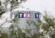 TF1, codiffuseur de l'Euro avec M6 et beIN Sports, a réglé une facture de 37,9 millions d'euros pour la diffusion de 19 matches en juin, ce qui a fait plonger ses comptes dans le rouge avec une perte nette de 0,6 million au premier semestre. /Photo d'archives/REUTERS/Charles Platiau