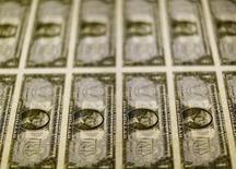 """Billetes de un dólar vistos en un una mesa de luz en la Casa de la Moneda de Estados Unidos en Washington, nov 14, 2013. El dólar cayó el jueves desde un máximo de seis semanas frente al yen después de que el jefe del Banco de Japón, Haruhiko Kuroda, dijo que la entidad no necesita estimular la economía con una denominada """"lluvia de dinero"""".  REUTERS/Gary Cameron/File Photo"""