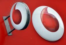 Vodafone registró un aumento del 2,2 por ciento de su cifra de negocio en su primer trimestre fiscal, mejor de lo esperado, lo que supone el octavo trimestre consecutivo de alzas ayudado por el buen comportamiento del negocio en España y Alemania. En la imagen, el logotipo de Vodafone en Londres, el 12 de noviembre de 2013.    REUTERS/Toby Melville/File Photo
