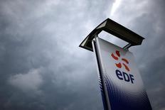 EDF est une des valeurs à suivre vendredi à la Bourse de Paris. Des enquêteurs de l'Autorité des marchés financiers se sont rendus jeudi matin au siège de l'entreprise dans le cadre d'une enquête ouverte récemment par le gendarme de la Bourse sur l'information financière donnée aux marchés par le groupe depuis 2013. /Photo prise le 21 avril 2016/REUTERS/Stéphane Mahé