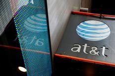 Вывеска салона AT&T в Нью-Йорке. 29 октября 2014 года. Второй по величине оператор связи в США AT&T Inc отчитался о совпавшей с прогнозами скорректированной прибыли в четверг за счёт роста числа абонентов услуг беспроводной связи, но уменьшил число подписчиков платного ТВ. REUTERS/Shannon Stapleton/File Photo