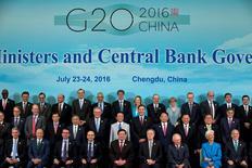 """Altos responsables de las finanzas mundiales, sacudidos por el auge de movimientos económicos nacionales y anti-comerciales tras el brexit y la campaña presidencial estadounidense de Donald Trump, están intensificando su compromiso para un crecimiento más """"inclusivo"""". En la imagen, fotografía de grupo de los ministros de Finanzas y gobernadores centrales del G20 en Chengdu, China, el 24 de julio de 2016. REUTERS/Ng Han Guan/Pool"""