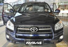 Клиенты проверяют Toyota Rav 4 в магазине Toyota в Тяньцзине. Toyota отзывает в России 139.604 автомобиля Toyota RAV 4, сообщил Росстандарт в понедельник.  REUTERS/Vincent Du