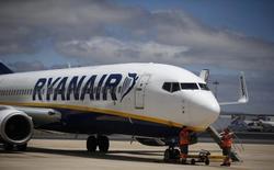 Самолет Ryanair в аэропорту Лиссабона. Лоукостер Ryanair Holdings PLC сообщил, что может получить рекордную прибыль в 2016 году несмотря на решение Великобритании выйти из Евросоюза, но предупредил, что может быть вынужден пересмотреть прогноз из-за существенной неопределённости после британского референдума. REUTERS/Rafael Marchante