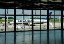 Ryanair anticipe toujours un bénéfice record sur l'exercice en cours en dépit du vote britannique en faveur de la sortie de l'Union européenne, tout en avertissant qu'il pourrait devoir revoir ses prévisions du fait des incertitudes créées par le Brexit. /Photo prise le 6 juin 2016/REUTERS/Ralph Orlowski
