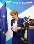 Шотландский первый министр Никола Стерджен на пресс-конференции в Брюсселе 29 июня 2016 года. Стерджен намерена начать подготовку отделения от Великобритании, чтобы сохранить право на независимость после июньского референдума, одобрившего выход страны из ЕС. REUTERS/Geoffroy Van Der Hasselt/Pool