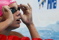 Nadadora russa Yuliya Efimova checa seu tempo após a prova dos 50 metros nado peito no Mundial de Esportes Aqu;aticos em Kazan, na Rússia 08/08/2015 REUTERS/Stefan Wermuth