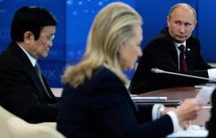 """Президент России Владимир Путин (справа), госсекретарь СЩА Хиллари Клинтон (в центре) и президент Вьетнама Чыонг Тан Шанг на саммите АТЭС во Владивостоке 9 сентября 2012 года. Кремль во вторник назвал """"абсурдом"""" предположения, что стоит за атакой хакеров на электронную переписку партийной верхушки американских демократов, выдвинувших в президенты бывшего госсекретаря Хиллари Клинтон. REUTERS/Jim Watson/Pool"""