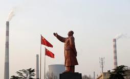 Статуя бывшего китайского лидера Мао Цзэдуна на фоне дымящих труб сталелитейного завода в Ухане, провинция Хубей, 6 марта 2013 года. Высшее руководство Китая пообещало поддерживать стабильный экономический рост во втором полугодии, в то же время создавая выгодные условия для развития предложения, сообщили государственные СМИ. REUTERS/Stringer/File Photo