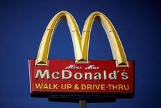 El logo de McDonald's visto en uno de sus locales en Los Ángeles, Estados Unidos. 2 de abril de 2016. McDonald's reportó un crecimiento trimestral en sus ventas mucho más bajo de lo esperado en sus restaurantes en Estados Unidos y dijo que la empresa enfrenta un ambiente desafiante en varios de sus mercados claves. REUTERS/Lucy Nicholson/File Photo