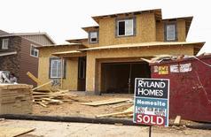 """Una casa en construcción con un cartel de """"vendida"""" en Denver, Colorado, Estados Unidos. 18 de agosto de 2015. Las ventas de casas unifamiliares nuevas en Estados Unidos subieron más de lo previsto en junio y tocaron su nivel más alto en casi ocho años y medio, en la más reciente señal de que el mercado de la vivienda está cobrando impulso. REUTERS/Rick Wilking"""