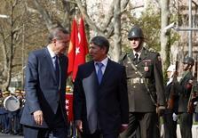Премьер-министр Киргизии Алмазбек Атамбаев (справа) и его турецкий коллега Тайип Эрдоган на приветственной церемонии в Анкаре 26 апреля 2011 года. Киргизия во вторник отчитала Турцию, продолжающую массовые чистки после неудавшегося переворота и обратившую взор на постсоветскую республику, где спонсирует образование беглый противник Эрдогана. REUTERS/Umit Bektas