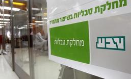 El logo de Teva Pharmaceutical Industries Ltd en la planta de la compañía en Jerusalén, dic 21, 2011. Teva Pharmaceutical Industries Ltd y Mylan NV han mostrado interés preliminar en un negocio conjunto de medicamentos genéricos brasileños en el que Pfizer Inc tiene una participación del 40 por ciento, dijeron dos personas familiarizadas con el tema.    REUTERS/Ronen Zvulun
