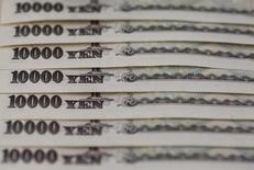 Банкноты по 10.000 иен. Токио, 28 февраля 2013 года. Иена падает в среду под давлением ожиданий, что власти и ЦБ Японии скоро объявят о крупных мерах поддержки экономики. REUTERS/Shohei Miyano/File Photo