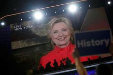 Трансляция выступления Хиллари Клинтон на съезде Демократической партии в Филадельфии. 26 июля 2016 года. Хиллари Клинтон получила официальную номинацию от Демократической партии США, которая позволяет ей участвовать в президентских выборах в ноябре, взяв реванш после неудачной попытки получить номинацию в 2008 году. REUTERS/Mark Kauzlarich