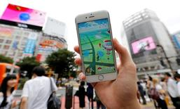 Nintendo a annoncé mercredi une perte d'exploitation au titre de son premier trimestre clos fin juin, sous l'effet de l'appréciation du yen, mais le géant japonais des jeux vidéo espère renouer avec la croissance à long terme grâce au succès planétaire de Pokemon Go. /Photo prise le 22 juillet 2016/REUTERS/Toru Hanai