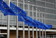 La Commission européenne a proposé mercredi d'annuler des amendes qui auraient pu être infligées à l'Espagne et au Portugal en raison de leurs déficits budgétaires jugés excessifs et a donné à Madrid deux ans de plus, et à Lisbonne une année supplémentaire, pour revenir dans les normes communautaires. /Photo prise le 15 juillet 2016/ REUTERS/François Lenoir