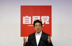 El primer ministro japonés Shinzo Abe en una rueda de prensa tras las elecciones en Tokio, Japón, el 11 de julio de 2016. El primer ministro de Japón, Shinzo Abe, dio a conocer el miércoles un paquete de estímulos sorprendentemente grande de 265.000 millones de dólares para reactivar a la tercera economía más grande del mundo, lo que añadió presión sobre el banco central para que iguale las medidas con estímulos monetarios. REUTERS/Toru Hanai
