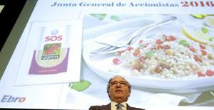 En febrero, Ebro comunicó la venta de su negocio arrocero en Puerto Rico e Islas Vírgenes por 12 millones de euros, lo que iba a suponer unas plusvalías de 9 millones de euros en sus cuentas de 2016. Imagen del presidente de Ebro, Antonio Hernandez, durante la junta de accionistas del grupo en Madrid, el 1 de junio de 2016. REUTERS/Sergio Perez