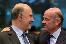 El ministro de Economía español, Luis de Guindos, dijo el miércoles que no cree que la Unión Europea congele finalmente los fondos estructurales hacia España, después de que la Comisión decidiera no multar al país por superar los objetivos de déficit marcados por el ejecutivo comunitario. En la imagen, el comisario europeo de Asuntos Económicos y Financieros, Pierre Moscovici (izquierda) con De Guindos durante una reunión de ministros de finanzas de la eurozona en Bruselas, el 24 de mayo de 2016. REUTERS/Eric Vidal