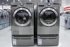 Unas lavadoras y secadoras a la venta en una tienda en Nueva York, jul 28, 2010. Los nuevos pedidos de bienes de capital manufacturados en Estados Unidos subieron menos de lo esperado en junio por una debilidad en la demanda por maquinaria y una serie de otros productos, lo que sugiere una reducción prolongada del gasto de las empresas.   REUTERS/Shannon Stapleton