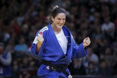Judoca brasileira Mayra Aguiar comemora vitória no Grand Slam de Paris.  7/2/2016. REUTERS/Charles Platiau
